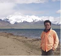 チベットのプマユムツォ湖畔にて